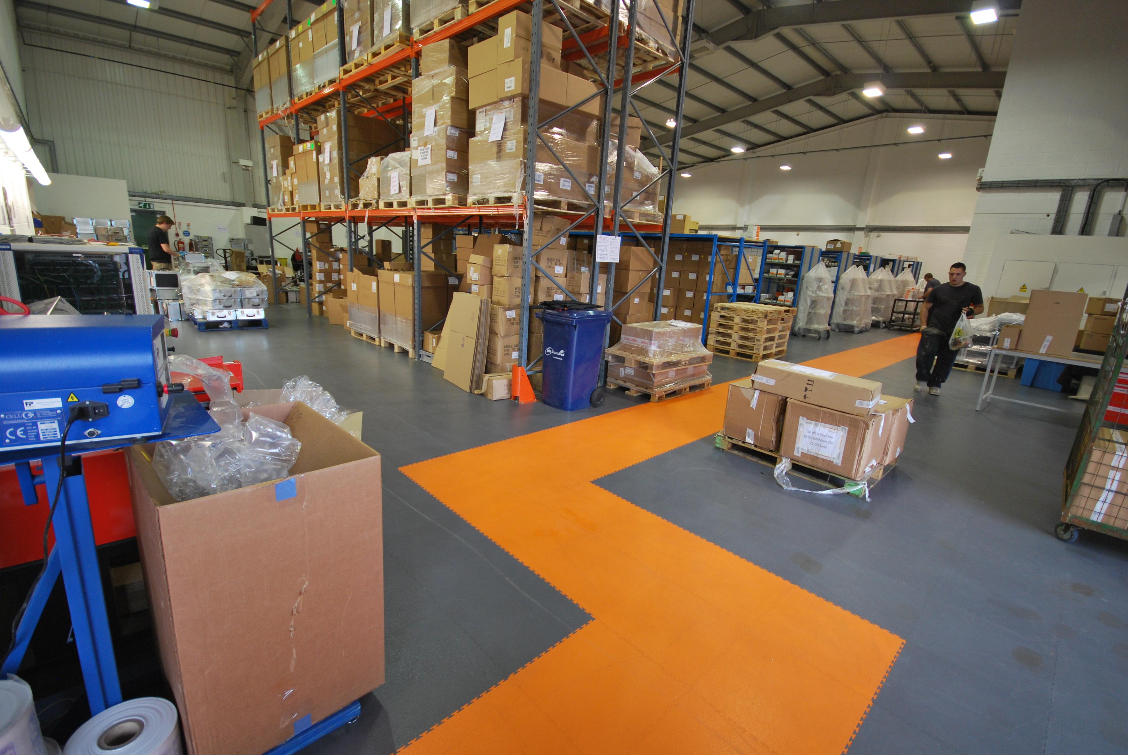 Industrieboden mit Wegmarkierung - Industrieböden von Ecotileboden