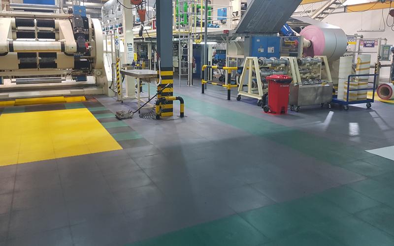Belastbarer industrieller Bodenbelag aus besonders stoßfesten PVC Fliesen und antirutsch Eigenschaften
