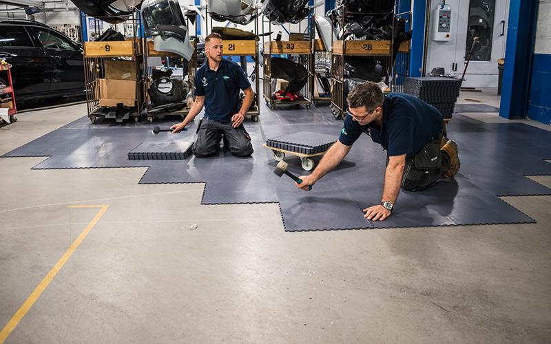 Klickfliesen: Verlegung von Industriefußboden bestehend aus einzelnen PVC Boden Fliesen
