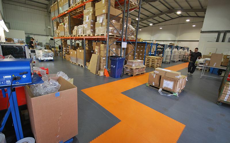 PVC Boden: Industriebodenbelag mit Wegmarkierung
